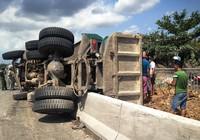 Xe ben lật nhào, hàng tấn đất đổ ra làn đường xe máy ở dốc cầu Phú Mỹ