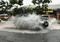 Cửa ngõ sân bay Tân Sơn Nhất ngập nước sau cơn mưa lớn