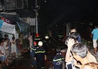 Phá cửa cứu hai vợ chồng cụ già 70 tuổi trong căn nhà bốc lửa