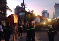 Nhiều người tháo chạy khi xe container lao vào nhà