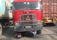 Container cuốn xe máy vào gầm, 2 người may mắn thoát chết