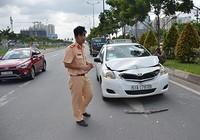 Tông đuôi ô tô, 3 người nước ngoài la hét trên xe taxi