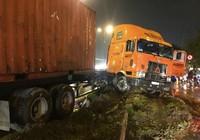Container mất lái trên cầu Rạch Chiếc trong cơn mưa lớn