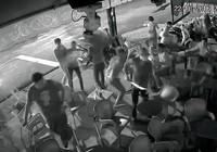 Nhóm thanh niên lao vào quán đập phá đánh người