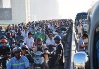 Tông xe khách trên cầu Sài Gòn, cửa ngõ phía đông kẹt