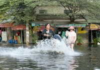 Người dân quận 12 khổ sở vượt 'biển nước' đi làm