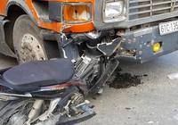 Container móp đầu sau va chạm xe máy, 1 người nguy kịch