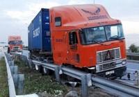 Container lao vào... đường xe máy trên cao tốc ở TP.HCM