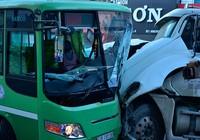 Hàng chục người kêu cứu trong xe buýt bị container tông