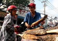 Phố cá lóc nướng ở Sài Gòn trúng lớn ngày vía Thần tài