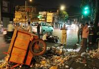 Một du khách nước ngoài lao vào xe rác bên đường