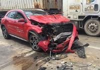 Mercedes bật ngược sau cú tông đuôi xe tải