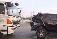 Xe tải tông thẳng ô tô dừng đèn đỏ, 2 người đi cấp cứu