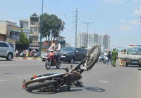 Xe máy văng xa gần 100 m sau va chạm với ô tô