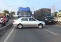 Xe 4 chỗ bị container tông xoay ngang trên quốc lộ