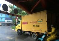 Lờ giới hạn chiều cao, xe tải mắc kẹt dưới cầu Công Lý