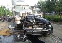Va chạm container, Mercedes bị xé toạc tài xế thoát nạn