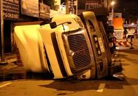 Xe container lật ngang lúc rạng sáng