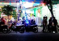 Hàng chục thanh niên ném đá vào quán ăn ở TP.HCM