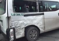 Ô tô 16 chỗ bị tông xoay vòng trước Bến xe Miền Tây
