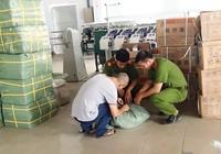 Công an bắt kho hàng nhập lậu ở Bình Tân