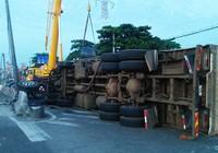 3 người bò ra khỏi xe tải bị lật ở Bình Tân