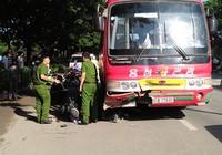 2 vợ chồng bị xe cuốn khi băng qua đường