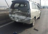 Xe tải chạy trốn sau khi tông liên hoàn trên cầu Phú Mỹ