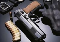 Nhân viên khách sạn thủ súng ngắn cùng quân hàm bộ đội