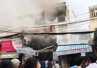 Cháy ở quận 7, chủ nhà kêu gào nhờ cảnh sát vào cứu con