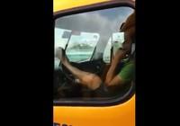 Ớn lạnh xế container lái xe bằng chân đổ dốc cầu Phú Mỹ