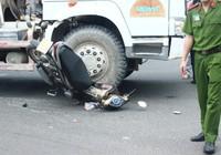 Né xe rẽ phải, xe máy bị xe bồn cán nát