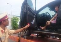 Xe cẩu chở ô tô cùng nữ tài xế cố thủ bên trong về đồn