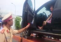 Nữ giám đốc cố thủ trên xe vi phạm bị phạt 4,6 triệu đồng
