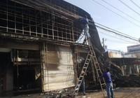 Người dân phá cửa cứu cả nhà khỏi đám cháy