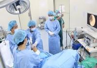 Suýt bị liệt vì tự mua thuốc chữa chấn thương đầu gối
