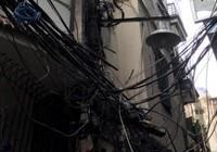 Cột điện cháy đen thui, cả khu phố náo loạn