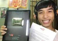 """Củ Tỏi """"cute"""" Tiến Dũng nhận nút Play Bạc từ YouTube"""