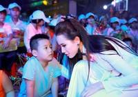 Phan Thị Mơ vui Trung thu cùng trẻ em tại phố đi bộ Nguyễn Huệ