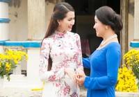 Phan Thị Mơ và Ngân Quỳnh diện áo dài nền nã đón xuân