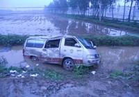 Xe đón dâu bị đâm lăn xuống ruộng, 2 người chết