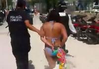 Bị bắt vì mặc bikini ngồi dưới gốc cây của tư nhân
