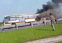 Clip Xe khách đang lưu thông, bỗng bốc cháy dữ dội