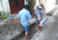 Đường vẫn ngập sau nhiều ngày nắng nóng: Đang lắp đặt cống thoát nước