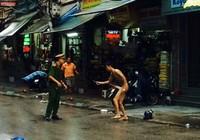 Một thanh niên 'ngáo đá' khỏa thân đòi đâm người trên phố