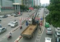 Clip xe tải bị khung sắt 'giữ lại' hàng giờ trên cầu vượt