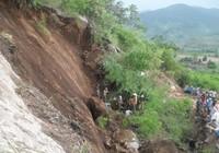 Lở đất làm sập đá, 4 công nhân bị thương vong