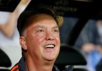 Sau khi đòi hôn Depay, Van Gaal làm gì với Rooney?
