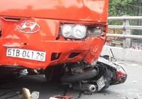 Clip xe Phương Trang 'húc' nhiều xe máy trên cầu vượt Cây Gõ