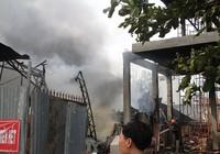 Clip lửa lớn thiêu rụi xưởng may, hàng trăm người dân hoảng hốt